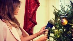 El extraño 'look' de Melania Trump para decorar los árboles de Navidad de la Casa