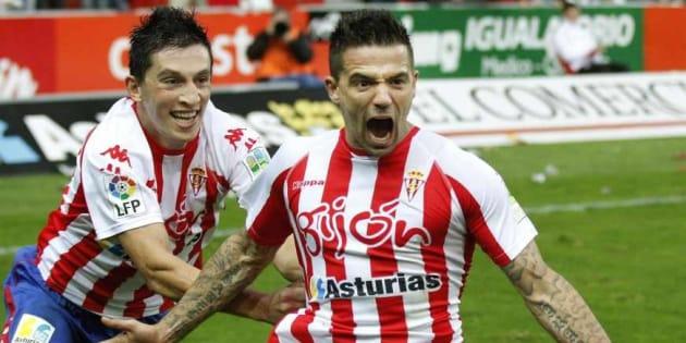 Nacho Novo celebra un gol del Sporting de Gijón.