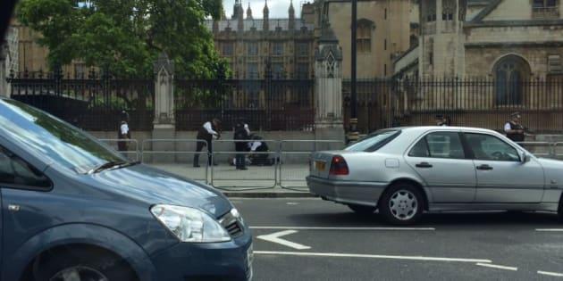 Un homme armé d'un couteau arrêté devant le Parlement à Londres.