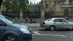 Un homme armé d'un couteau arrêté devant le Parlement à Londres , la piste terroriste pas