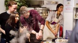 Ces réfugiés politiques donnent des cours de cuisine en plein