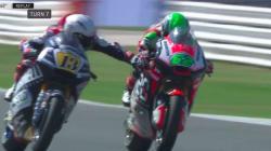 Le geste très dangereux de ce pilote de moto pour ralentir un concurrent en pleine