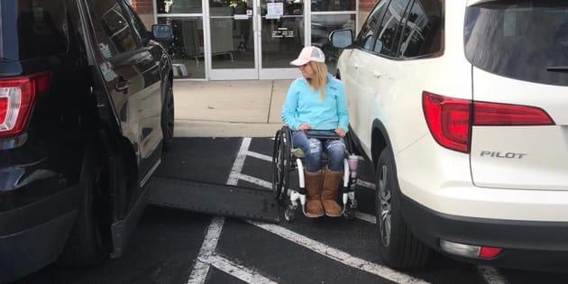 Elle rappelle pourquoi il ne faut pas empiéter sur les places de parking pour handicapés.
