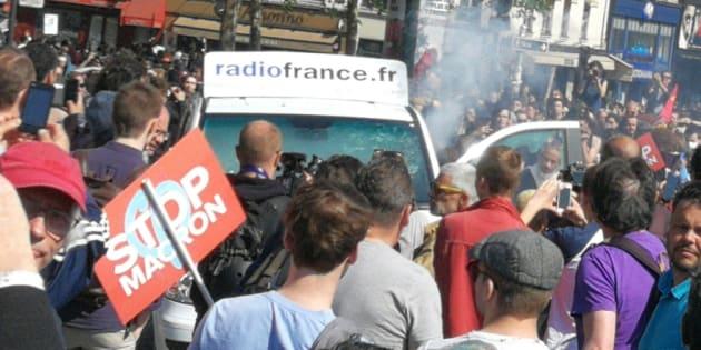 """La voiture de Radio France n'était visiblement pas invitée à la """"Fête à Macron"""""""