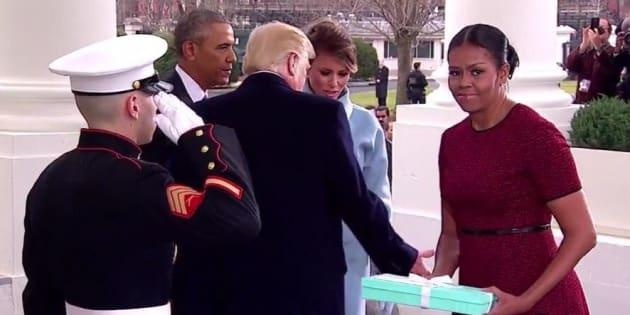 On sait enfin pourquoi Michelle Obama a fait une tête bizarre en recevant le cadeau de Melania Trump