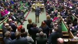 Ce député s'empare d'un symbole royal en plein Parlement et provoque