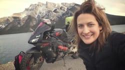 Lui non la vuole per un viaggio in moto perché donna. Lei lo lascia e comincia un on the road da