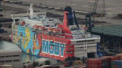 Interior realoja a los policías y guardias civiles del barco de