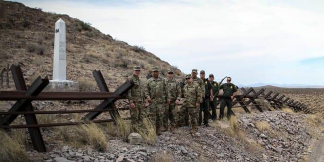Militares en la frontera de Chihuahua, México y Nuevo México, Estados Unidos.