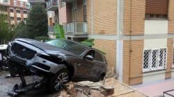 Retromarcia ad alta velocità: la Jaguar colpisce le auto e sfonda il muro di un