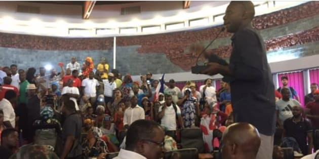 À Mayotte, la manifestation déborde et oblige les élus à quitter l'hémicycle sous les huées.