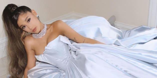 Ariana Grande a posé avec une robe signée Zac Posen.