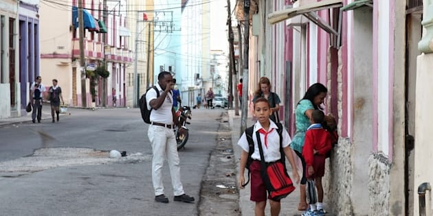 7h45 du matin, une rue de Centro Habana. Les enfants se rendent à l'école, souvent accompagnés d'un parent. Les adultes se dirigent vers leur travail en s'arrêtant prendre un petit café cubain très sucré (à droite).