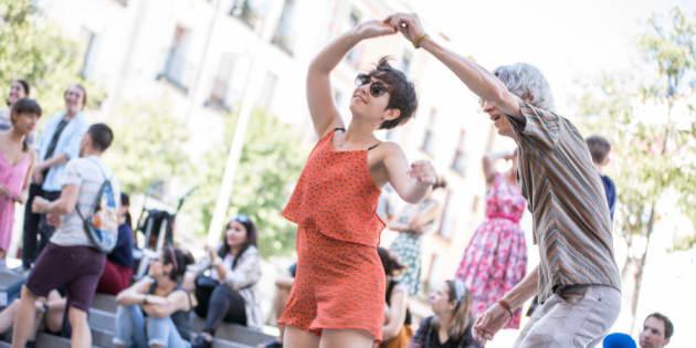 Un couple dansant dans le quartier d'Embajadores, à Madrid en Espagne.