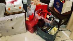 Elisa Isoardi mette su Instagram i regali ricevuti a Natale. Anche una busta con lo stemma della