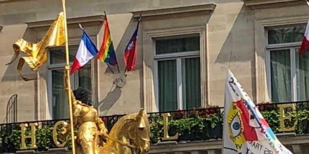 Des militants interpellés pour avoir cagoulé la statue de Jeanne d'Arc pendant la Pride, la marche bloquée