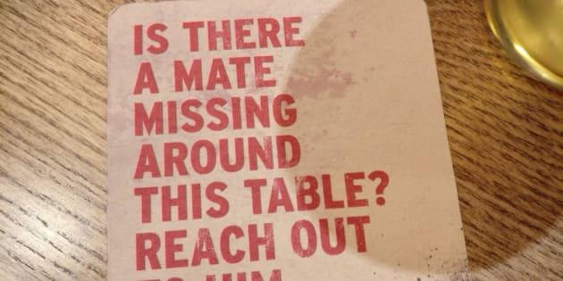 C'est sur des dessous de verre, dans un bar, que ces messages incitant à prendre soin de la santé mentale de ses amis hommes ont été publiés.