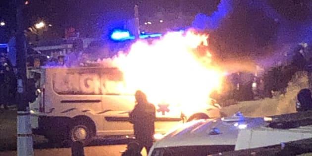 Devant l'Assemblée nationale, un véhicule a pris feu au terme d'une nouvelle journée de manifestation des ambulanciers à Paris.