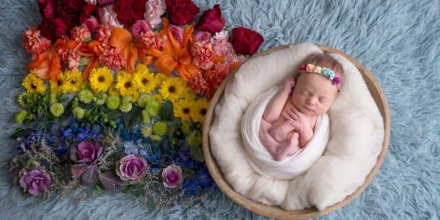 """Après deux fausses couches, cette photographe célèbre """"les bébés arc-en-ciel""""."""