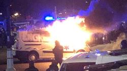 Un véhicule en flammes devant l'Assemblée après la manifestation des