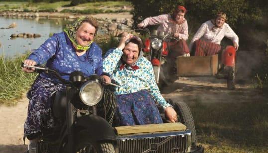 おばあちゃんがサイドカーで爆走。エストニアの観光パンフレットが、カッコ良すぎてヤバイ