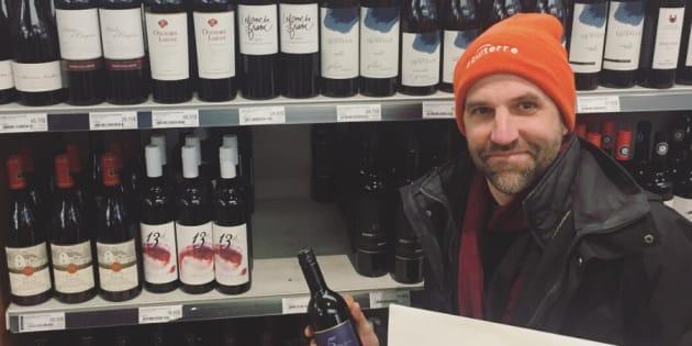 L'écologiste Steven Guilbeault de passage dans une SAQ pour acheter une bouteille de vin de la Colombie-Britannique.