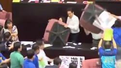 Ceci n'est pas un ring de catch géant, mais le parlement de