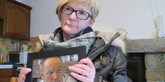 Marie Le Guelvout, sœur de Jean-Pierre, montre en souvenir une photo de son défunt frère Jean-Pierre