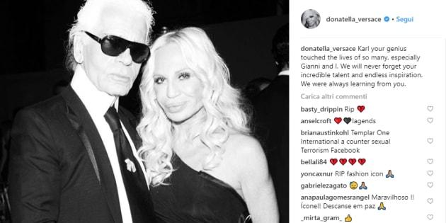 """""""Io e Gianni non dimenticheremo il tuo talento"""". Donatella Versace e i grandi della moda salutano Lagerfeld"""