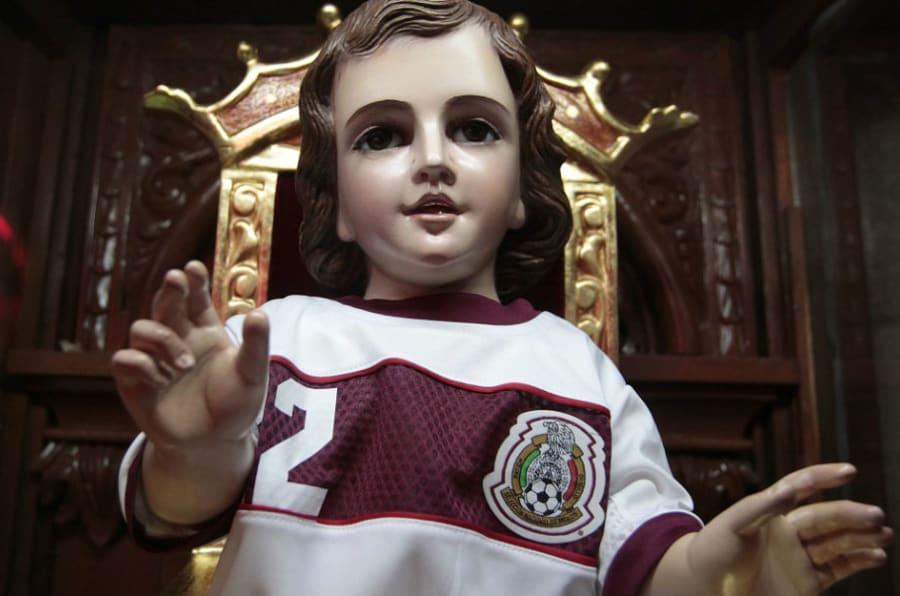 El Santo Niño de los Milagros o Santo Niño futbolista en Iglesia de San Gabriel Arcángel en Tacuba, Ciudad de México.