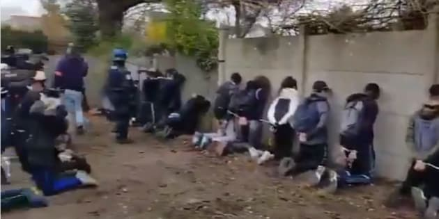 Les images de dizaines d'enfants et adolescents agenouillés après leur arrestation par la police ont effaré la classe politique.