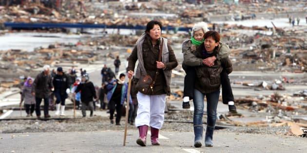 Sobreviventes deixam Tohoku um dia após o terremoto e tsunami de 11 de março de 2011.