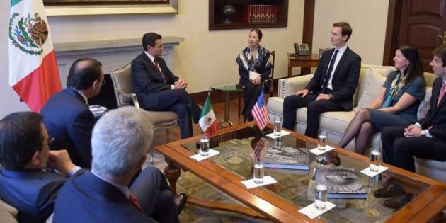 Jared Kushner, asesor sénior del presidente estadounidense Donald Trump, escucha al mandatario mexicano Enrique Peña Nieto durante una reunión en Los Pinos.