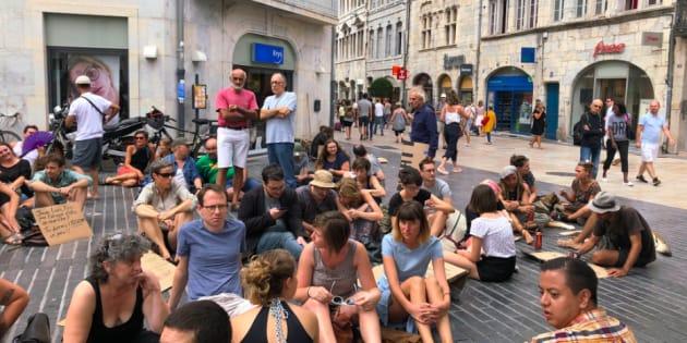 Après l'arrêté anti-mendicité interdisant de s'asseoir à Besançon, ils protestent avec... un sit-in.
