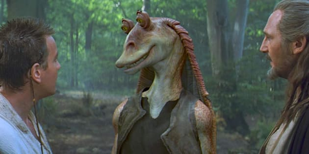 Jar Jar Binks (Ahmed Best) rencontre Obi-Wan Kenobi (Ewan McGregor) et Qui-Gon Jinn (Liam Neeson) dans Star Wars: Episode I - La Menace fantôme.