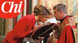 Melania bacia la sacra reliquia a Notre Dame: è la prima first lady cattolica dai tempi di Jackie
