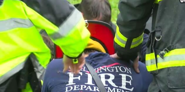 Les images émouvantes des pompiers priant pour une mère et son enfant tués dans l'ouragan.