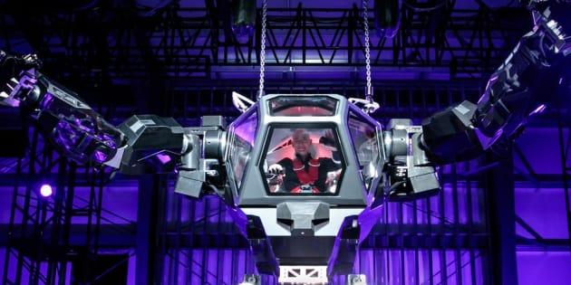 C'est bien Jeff Bezos, le patron d'Amazon aux commandes de ce robot géant