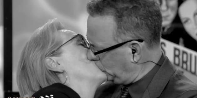 """Dans """"C à vous"""", Meryl Streep et Tom Hanks s'embrassent en rejouant des classiques du cinéma français."""