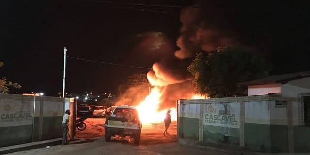 Onda de violência contra órgãos públicos no Ceará pode ser retaliação de facções criminosas à possível instalação de bloqueadores de celulares em presídios.