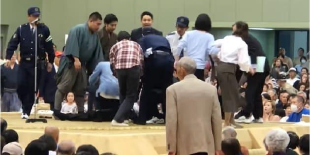 土俵上で倒れた多々見良三市長の救命にあたる人たち=YouTubeの投稿動画から