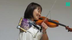 L'habileté et la persévérance de cette violoniste atteinte de handicap forcent le