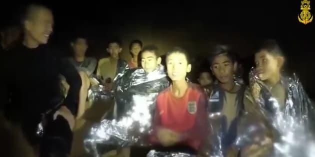 洞窟内で発見された少年たち