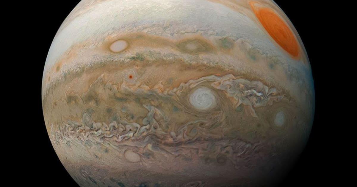 Una foto scattata dalla Nasa mostra le spettacolari tempeste di Giove
