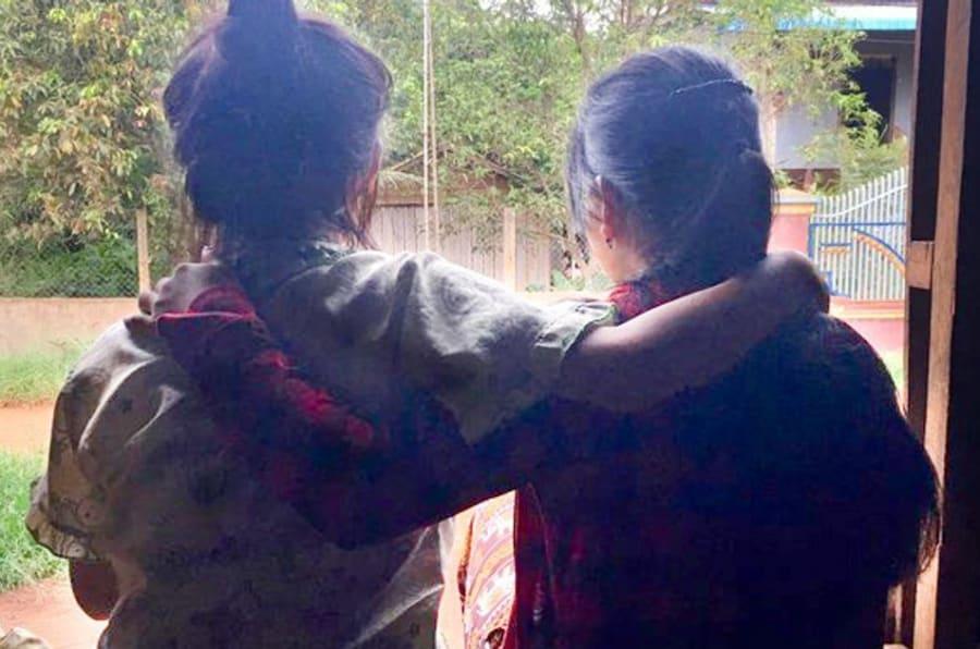 Mona* e a irmã conseguiram sair da China, mas seus problemas não acabaram quando voltaram ao lar no Camboja.