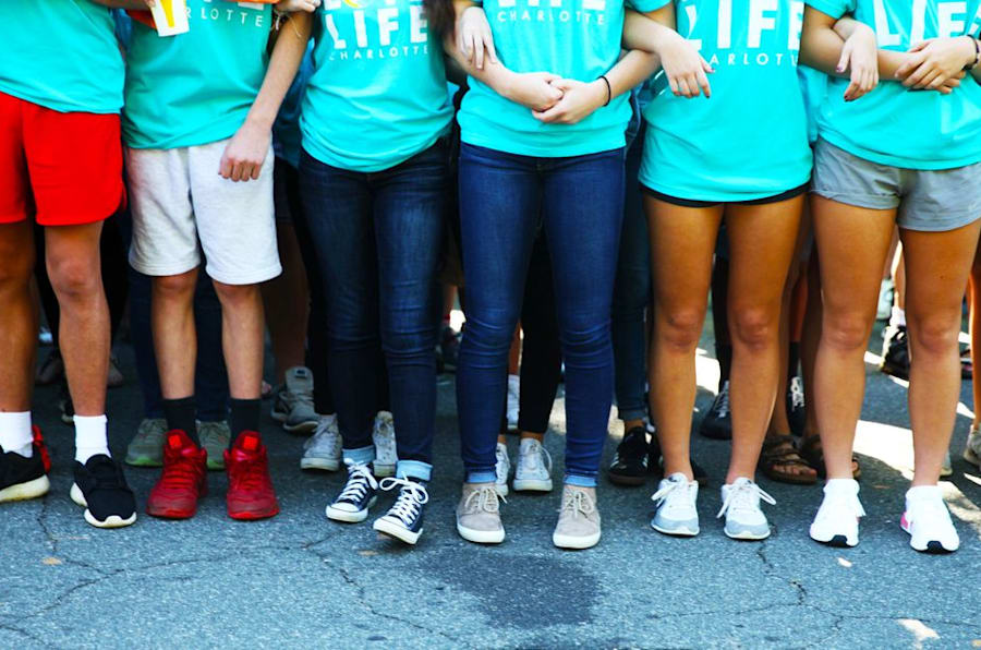 Crianças dão os braços diante de um centro de saúde para mulheres em Charlotte,  na Carolina do Norte (EUA), para protestar contra o acesso ao aborto legal.