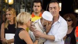 L'accolade déchirante entre un imam et le père d'une victime de l'attentat de