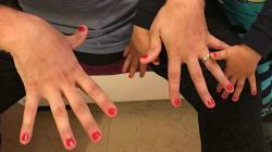 Un padre de Calp se pinta las uñas con su hijo, al que dieron de lado en el cole por llevar