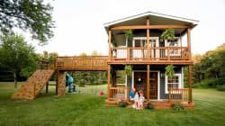 Un père construit la maison des rêves pour ses deux petites
