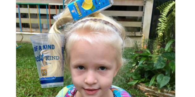 金髪をジュースに見立ててコップに注ぎ込む、凝った髪形。インスタの投稿によると、パパが担当したそう